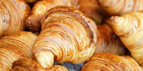 Φρεσκοψημένα γαλλικά κρουασάν βουτήρου. Fresh baked French butter croissants.