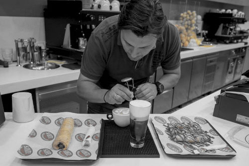 Ο Μπαρίστας την ώρα που παρασκευάζει ροφήματα καφέ. The barista at the time that produces coffees.